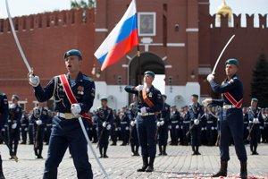 Ruskí výsadkári pochodujú na Červenom námestí počas osláv Dňa výsadkárov a 87. výročia založenia vzdušných síl Ruska v Moskve 2. augusta 2017.