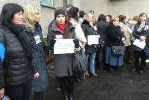 Zdravotné sestry držali v rukách protestné transparenty.