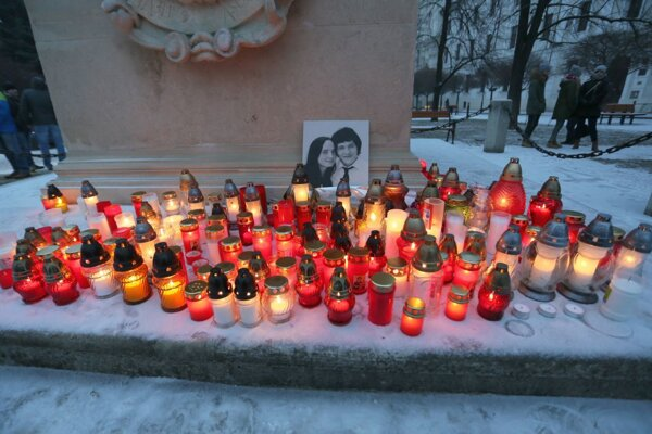 Sviečky za novinára J. Kuciaka a jeho snúbenicu M. Kušnírovú horeli v piatok aj v Skalici.