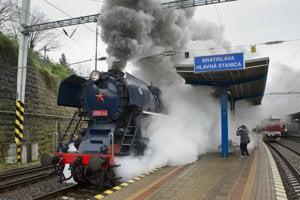 Vlak ťahaný parným rušňom 498.104 Albatros stojí na  Hlavnej stanici v Bratislave.