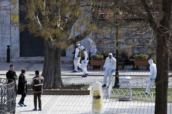 Tureckí forenzní policajní experti hľadajú dôkazy na mieste explózie v historickej štvrti Sultanahmet.