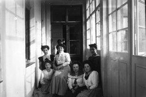 Mladé ženy na pavlači, sklenený negatív, 1910-1915