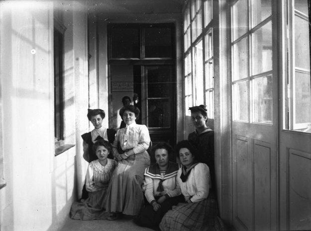 Mladé ženy na pavlači, sklenený negatív