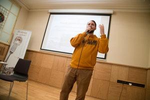 Ján Vyhnánek počas prednášky o pamäti mesta Bratislava.