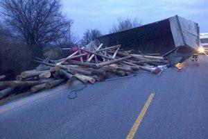 Z havarovaného kamióna sa vysypalo drevo.
