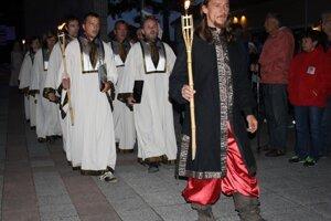 Sokoliar vedie spevácky zbor sv. Martina na zapálenie jánskych ohňov.