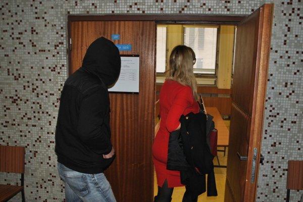 Michal B. v sprievode advokátky na jednom zo súdnych pojednávaní.