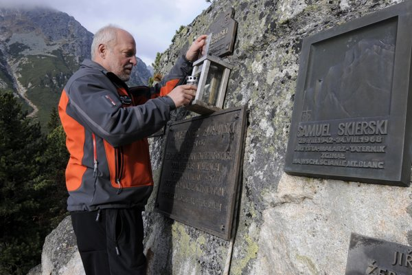 Peter Šperka pri kladení kahanca na symbolickom cintoríne pod Ostrvou vo Vysokých Tatrách.
