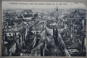 Zdecimované podhradie po veľkom požiari v roku 1913.