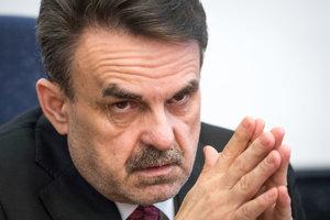 Generálny prokurátor Jaromír Čižnár počas brífingu.