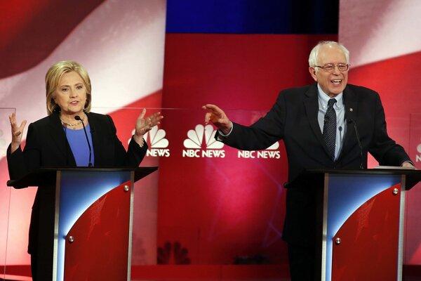 Hilary Clintonová a Bernie Sanders v televíznej debate prezidentských kandidátov.