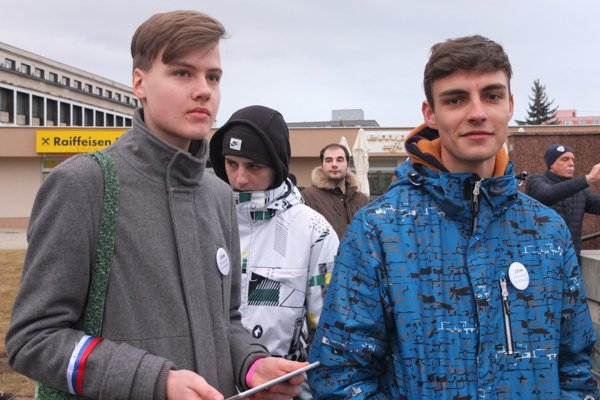 Gymnazista Marko (vpravo) sa pridal ako dobrovoľník k usporiadateľom protestu v Žiari nad Hronom.