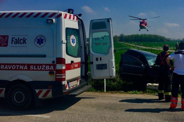 Záchranári zasahujú pri dopravnej nehode.