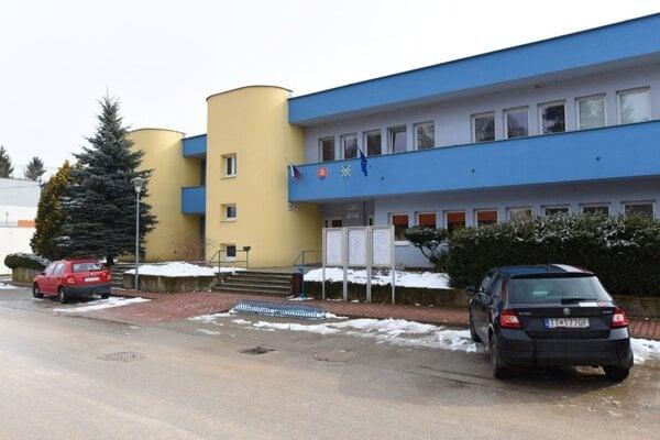 Obecný úrad a zdravotné stredisko.