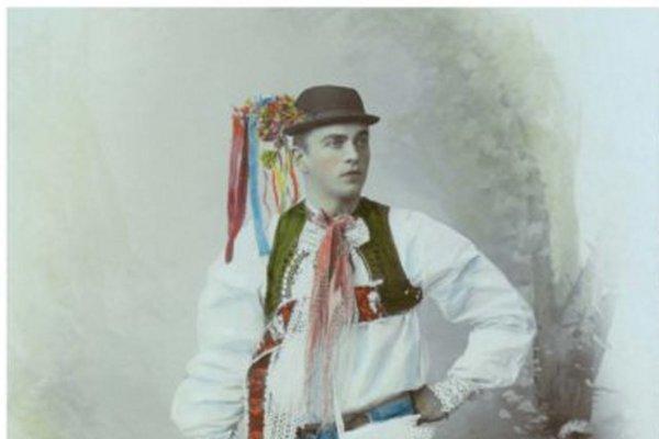 Mládenec v ľudovom kroji zo Záhoria.