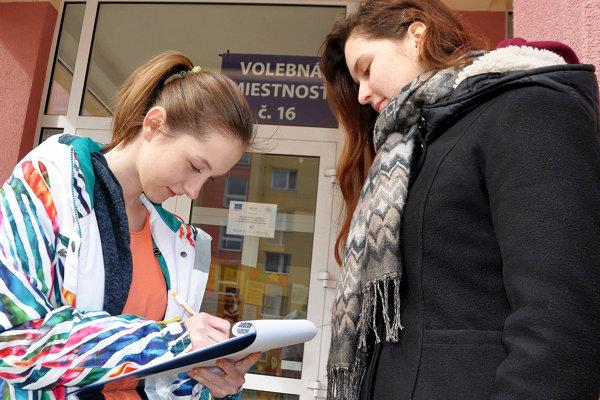Podpisy pod petíciu sa najlepšie zbierajú pred volebnými miestnosťami.
