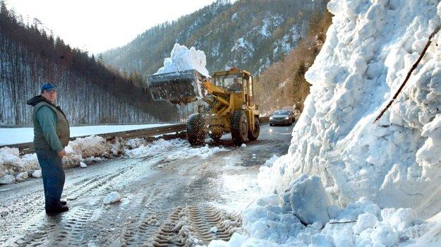 Marec 2005 - masa snehu sa zosunula pri Motyčkách priamo na frekventovanú cestu. Bolo obrovským šťastím, že nezasiahla žiadne auto.