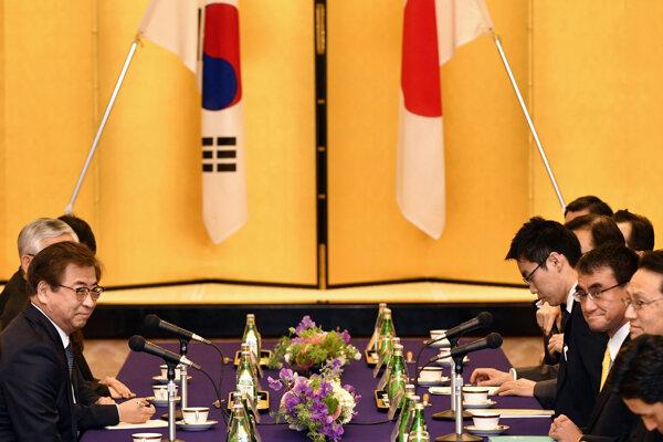 Japonský minister zahraničných vecí Taró Kóno na stretnutí s riaditeľom juhokórejskej spravodajskej služby Sun Hunom.