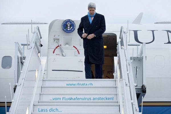 John Kerry na letisku vo Švajčiarsku.
