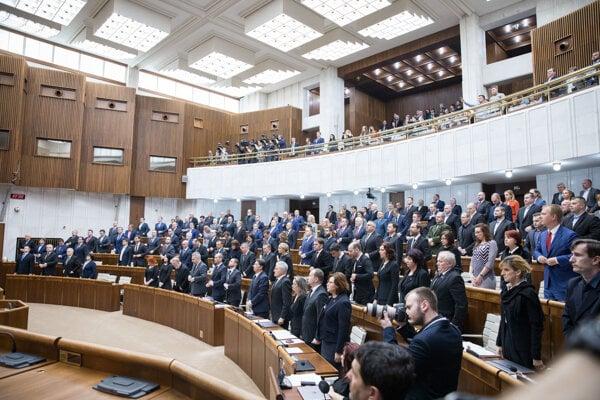 Poslanci držia minútu ticha za zavraždeného novinára Jána Kuciaka a jeho snúbenicu.