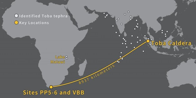 Žltá čiara ukazuje vzdialenosť medzi supervulkánom Toba a pobrežím, kde našli úlomky vulkanického skla. Biele bodky ukazujú miesta, kde sa ešte podobné úlomky našli.
