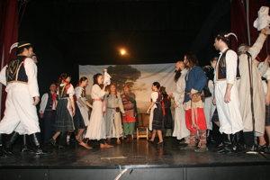 Záber z divadelného predstavenia.