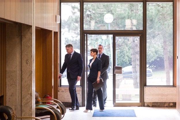 Premiér Fico prichádza na rokovanie vlády.