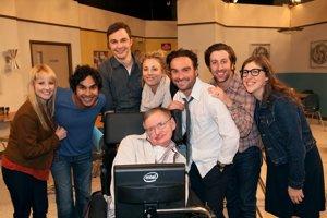 Stephen Hawking študoval Veľký tresk a objavil sa aj v seriáli Teória veľkého tresku. Hawking bol veľkým vzorom seriálovej postavy Sheldona.
