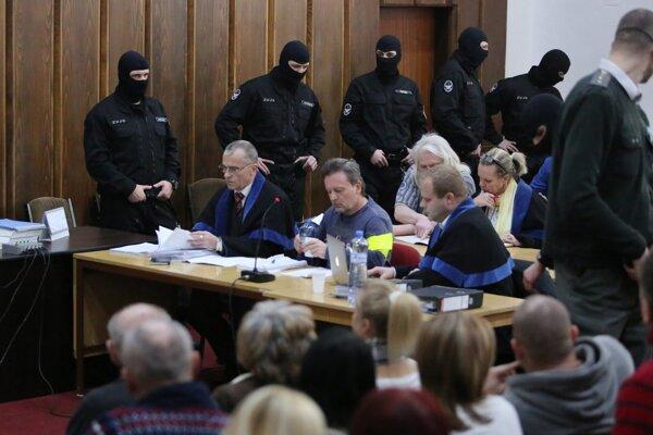 Róbert Lališ, prezývaný Kýbel (uprostred), na pojednávaní v Ústave na výkon väzby v Banskej Bystrici 21. januára 2016.