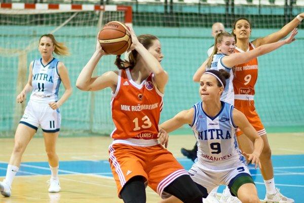 Na snímke v popredí dvojica Mištinová - Babariková.