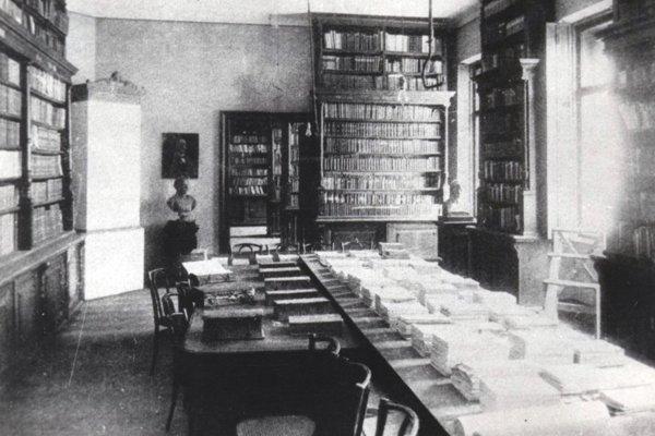 Interiér študovne knižnice Právnickej akadémie v Košiciach.