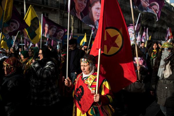 Kurdi pochodujúci v uliciach.