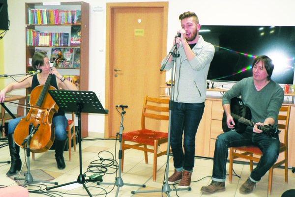 Koncert vkrajskej knižnici – zľava Martina Uhrínová ajej hostia Sebastián aNoro Pavlisovci.