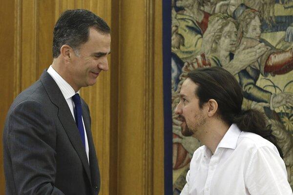 Španielsky kráľ Filip VI.( vľavo) sa stretol s lídrom strany Podemos Pablom Iglesiasom.