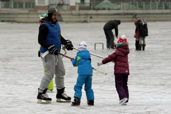 Korčuľovanie na zamrznutej hladine vodnej nádrže Môťová.