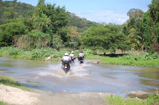 Motorkári na ceste Mexikom.