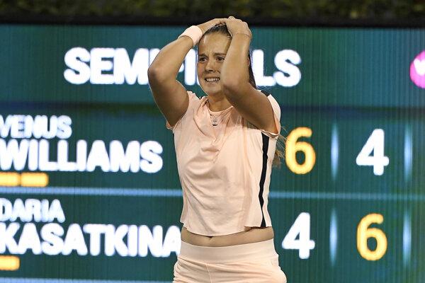 Daria Kasatkinová sa raduje po triumfe nad Venus Williamsovou.
