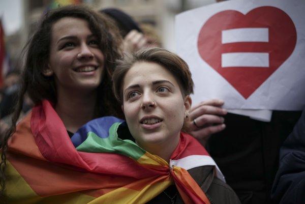 Vo viacerých talianskych mestách ľudia pochodovali za práva homosexuálov.