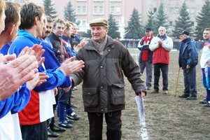 Jozef Hrdlička starší sa takto lúčil s trénovaním AC Štácie počas Silvestrovského futbalu v roku 2006.