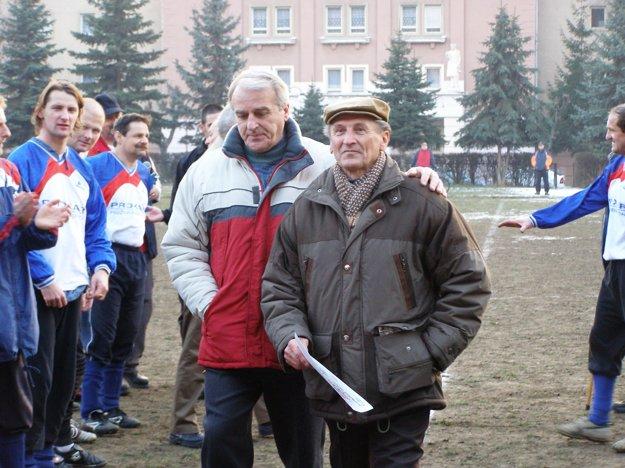 Jozef Hrdlička starší (vpravo) s Júliusom Borgoňom počas Silvestrovského futbalu 2006, keď sa lúčil s trénovaním AC Štácie.