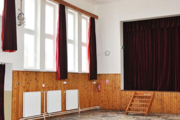 Na stenách kultúrneho domu sú už držiaky akáble pre reproduktory.