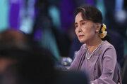 Mjanmarská politička Aun Schan Su Ťij sleduje summit ASEAN v Sydney.