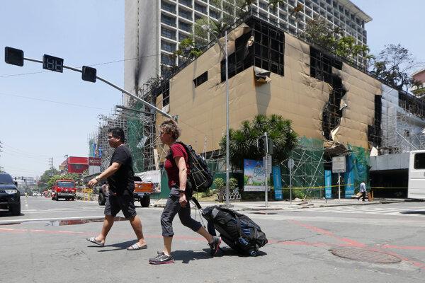 Požiarom poškodená budova komplexu Manila Pavilion Hotel and Casino.