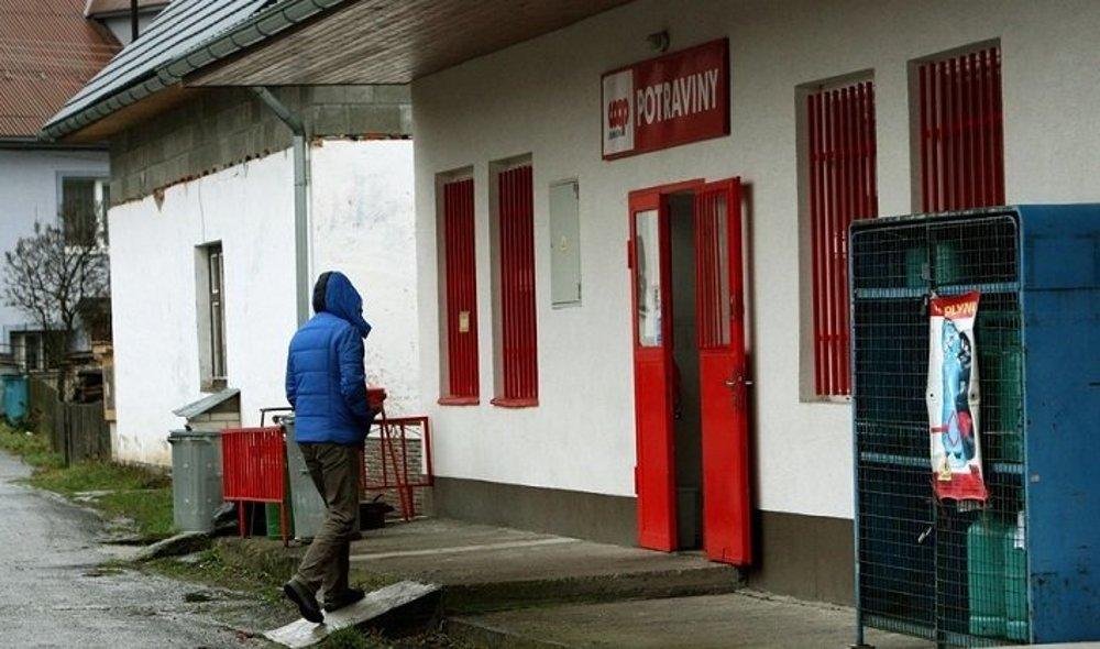 V obci je jeden obchod s potravinami. Na väčšie nákupy ľudia cestujú do Žarnovice, kde je Tesco.