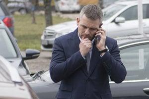 Peter Pellegrini telefonuje pred príchodom do sídla strany Most-Híd.