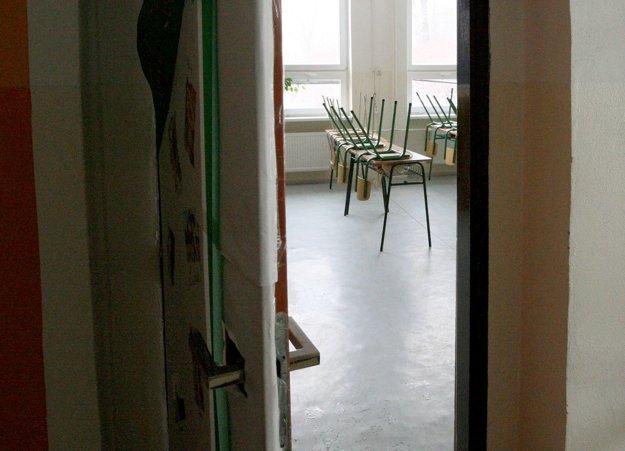 Triedy Evanjelického gymnázia v Banskej Bystrici dnes zostali prázdne.