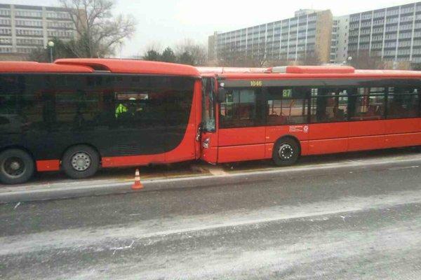 V Bratislave sa zrazili autobusy.