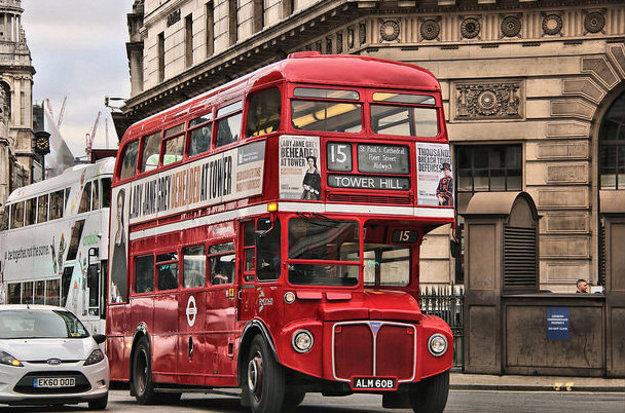 Typický červený doubledecker v uliciach Londýna.