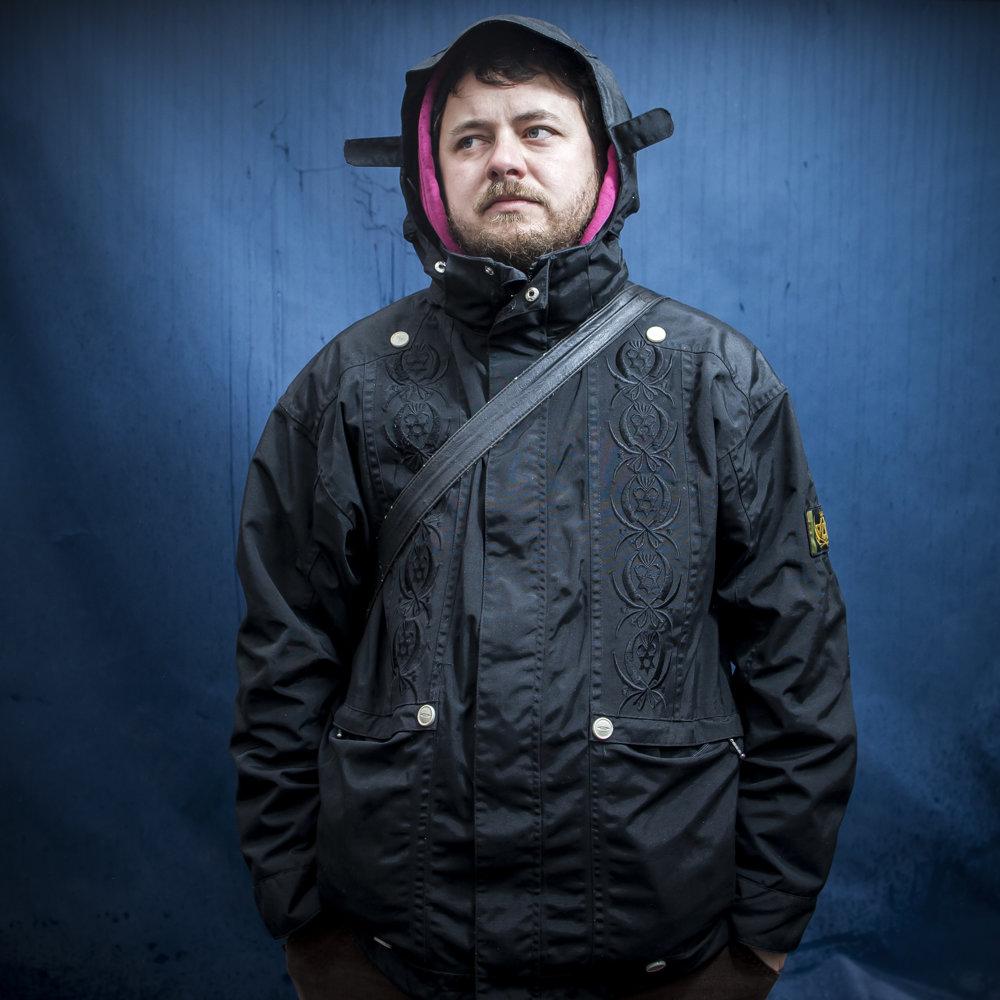 Jano učí tri roky fotografiu na umeleckej škole vo Zvolene, zarába priemerný nástupný plat.
