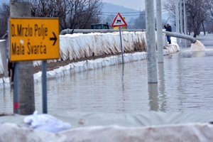 Zaplavené územie v okolí mesta Karlovac ležiaceho juhozápadne od Záhrebu. V obciach Logorište a Mali Švarči používajú čerpadlá ako aj vrecia s pieskom.